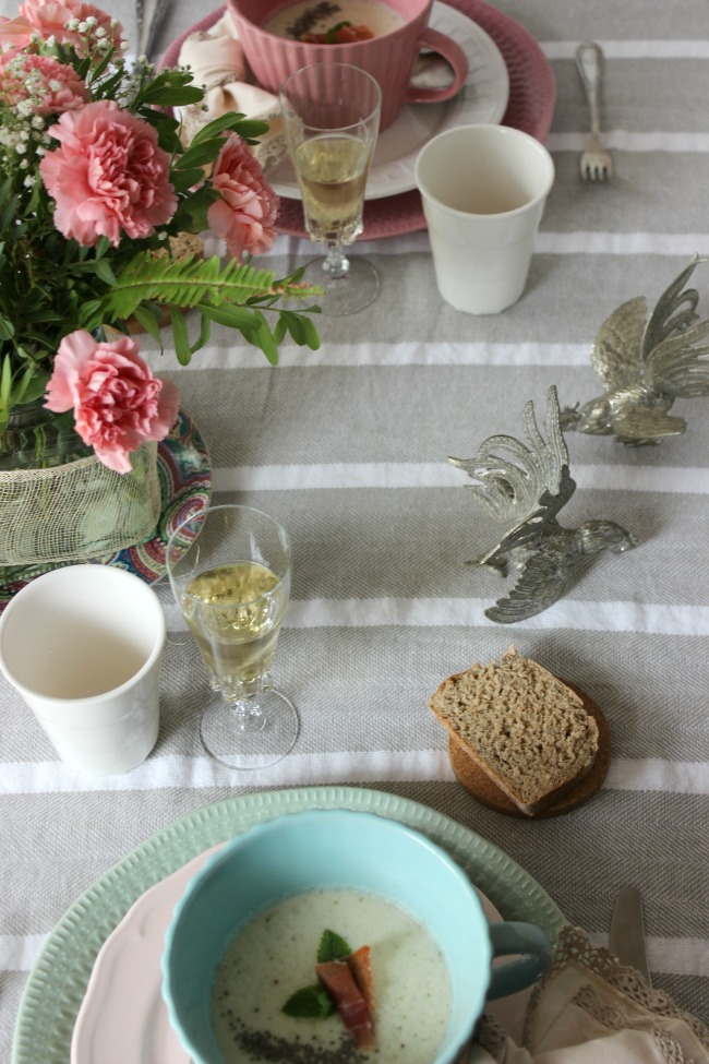 Sopa de Melón con menta en una mesa Shabby Chic