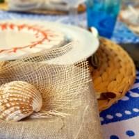 Una mesa muy marinera en azul y rojo coral