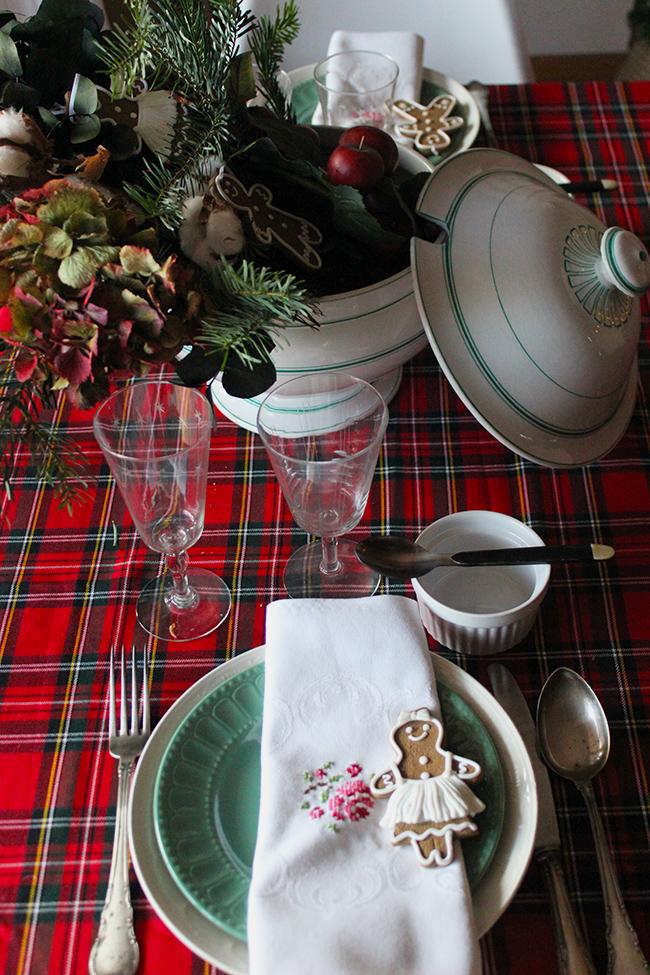 una-sopera-en-la-mesa-de-navidad