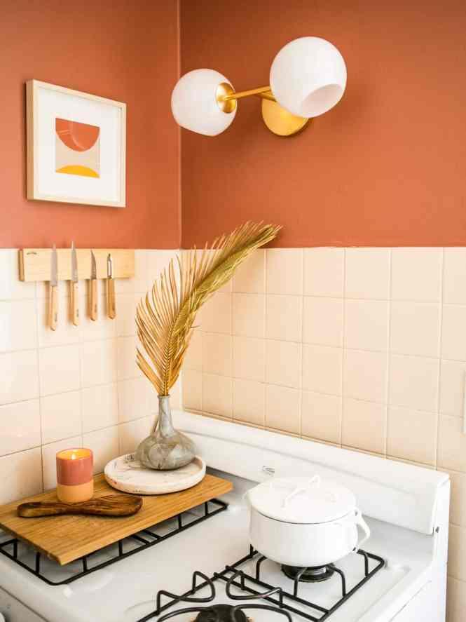 una cocina llena de color y luz