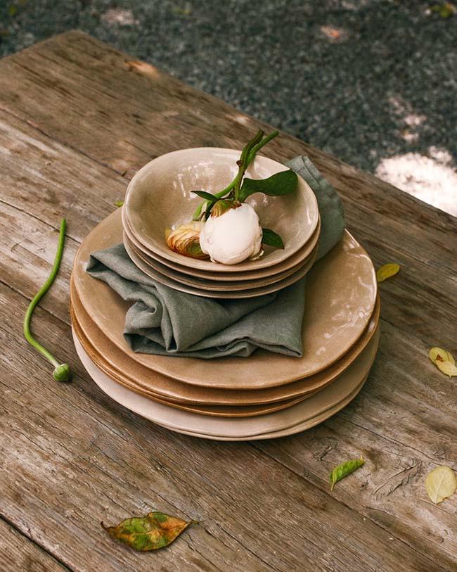 Una mesa con menaje de Zara Home