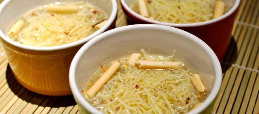 Soupe à l'oignon, emmenthal et grissini