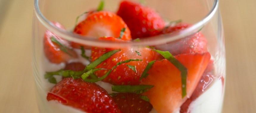 Verrine de fraises au mascarpone, balsamique, menthe et basilic