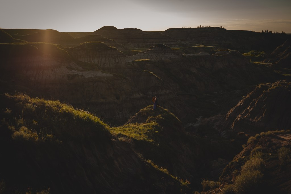 drumheller-engagement-scenic-sunset-couple-hug