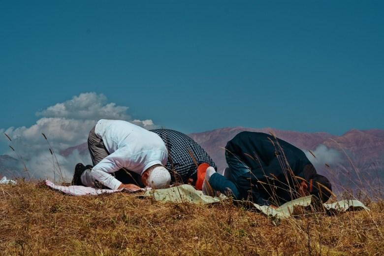 Família azeri orando no topo da montanha, Azerbaijão