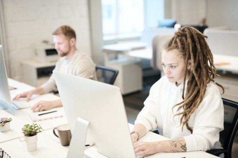 ragazza con i dread che lavora al computer - logositalia