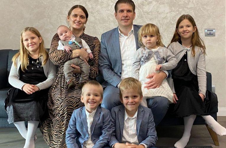 Cristi Si Crina Boariu: Binecuvântarea lui Marcus, al 6-lea copil trimis de Dumnezeu ca și dar în familia noastră.