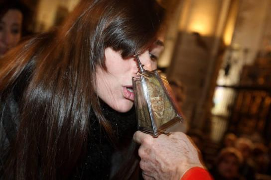 Besando la reliquia del Santo