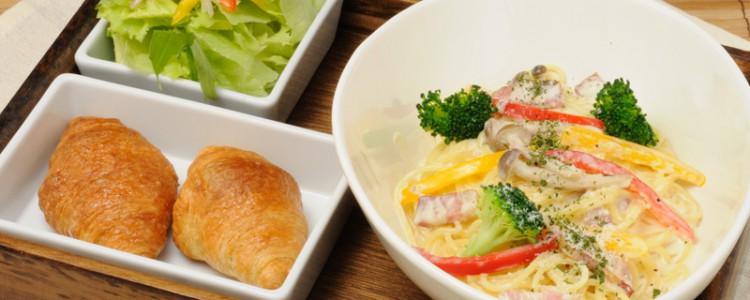 「野菜のカルボナーラ」のパスタランチ。クリーミーで濃厚ながら後味すっきり。