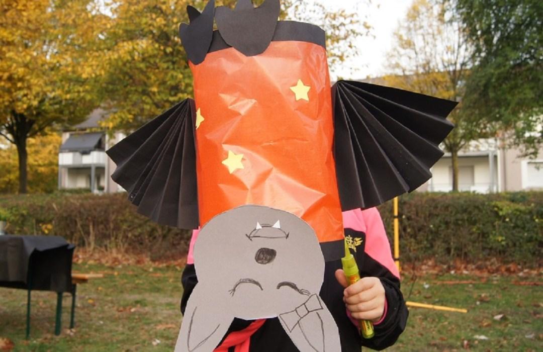 Alisha hat die Fledermaus in der Schule gebastelt, sie hängt natürlich auf dem Kopf.