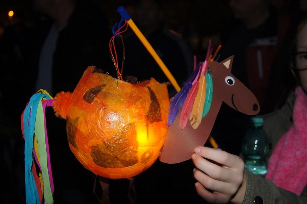 Emma ein mindestens ebenso schönes Pferd mit bunter Mähne.