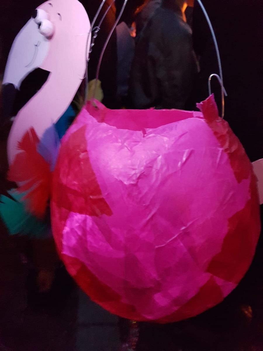 Semra mag es pink und elegant, fertig ist die Flamingo-Laterne.