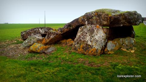 le dolmen de la pierre levée à Liniez lieu insolite le plus grand dolmen du Berry