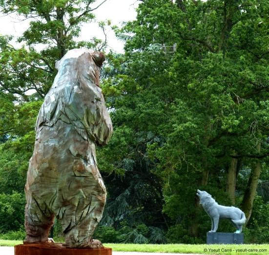 Ours Blanc - sculpture de Jürgen Lingl-Rebetez - et Le Loup sculpture d'Aurélien Raynaud - ANIMAL - Exposition de sculpture animalière monumentale contemporaine à Briare - photo copyright Yseult Carré