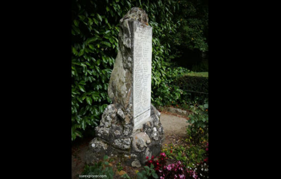Menhir monument au morts Bagneux mégalithe dolmen néolithique préhistoire région Centre Indre