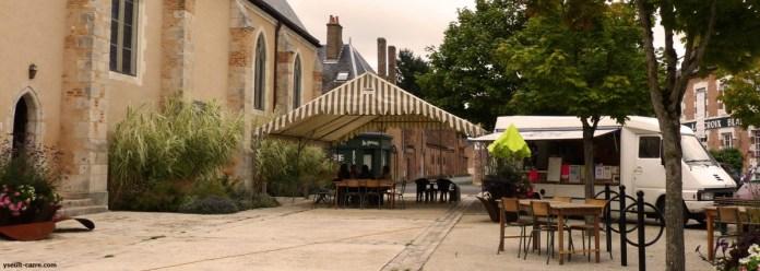 Mum's galette devant l'église de Chaumont-sur-Tharonne - Biennale de Sologne copyright Yseult Carré