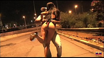 Corno levando chifre pelas ruas de São Paulo