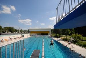 Fotos: Allwetterbad Walsum bei geöffnetem Dach und Liegewiese im Freibad Homberg (DuisburgSport/Thomas Berns)