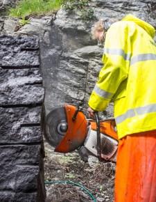 Knut Hetleflåt stiller med hard stein og kraftig verktøy.