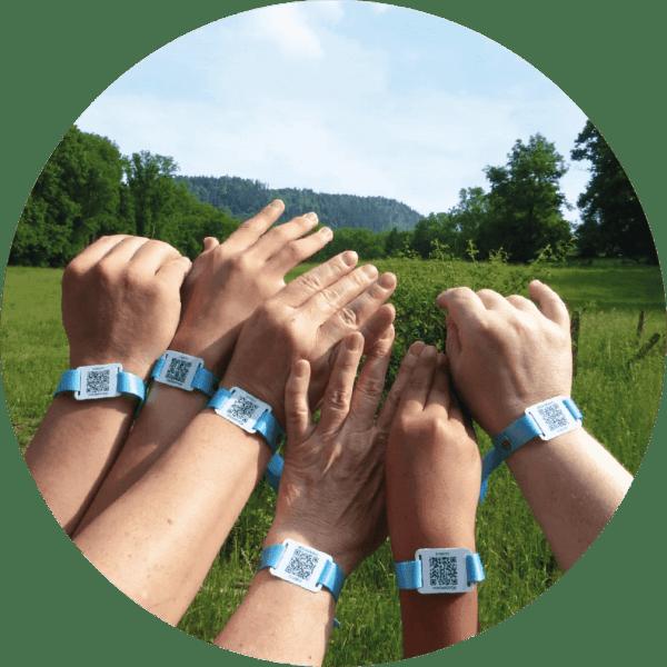 Bracelets tissu QR Code LOKALERO - bénévoles sur le terrain
