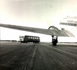 En unik bild? Järnvägen korsar landningsbanan (!) på Visby flygplats.