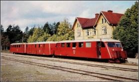 Ett av de sista tågen är på väg att avgå på Gotland. Platsen är Tingstäde, året 1960.