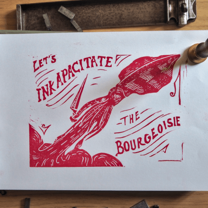 Linogravure rouge placée dans un décor d'objets anciens et représentant un calmar anticapitaliste avec un couteau