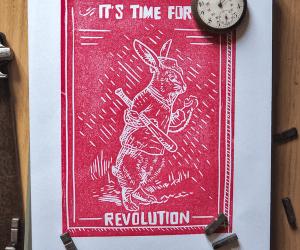 Linogravure rouge placée dans un décor d'objets anciens et représentant un lapin avec une batte de baseball