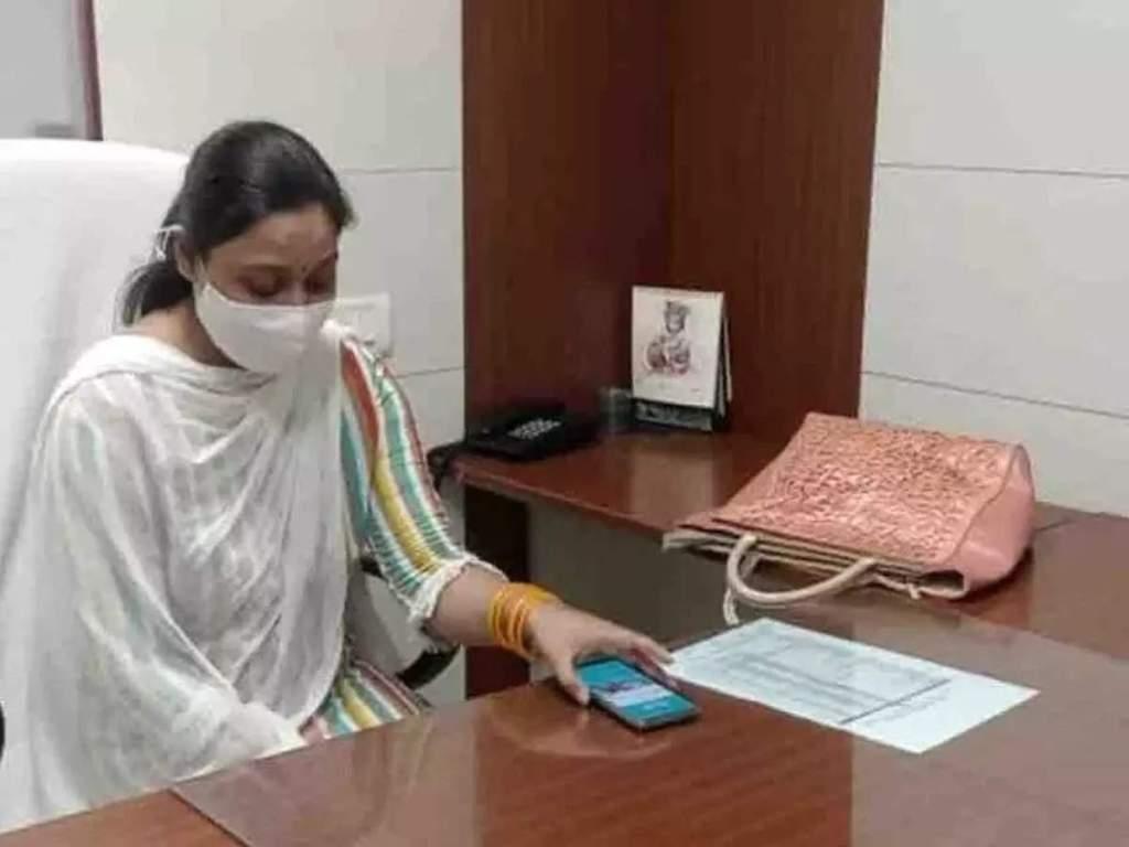 Kanpur News: मनीष गुप्ता की पत्नी मीनाक्षी ने KDA में संभाला OSD पद का चार्ज... पति को याद कर छलके आंसू