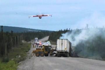 Avião de combate a incêndios faz descarga num acidente de trânsito