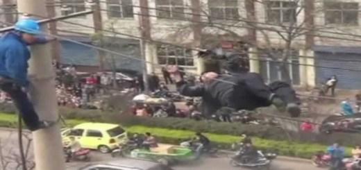 Na China um homem embriagado sobe a cabos de alta tensão