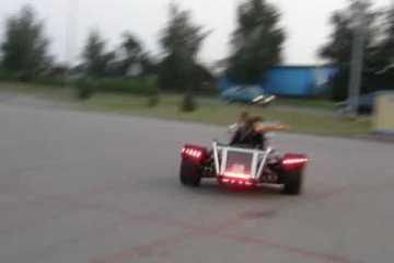 Polaco coloca motor de um Audi V8 na sua mota de 3 rodas