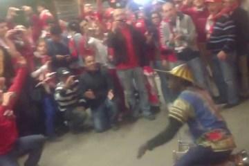 Adeptos do Benfica e músico de rua fazem grande show