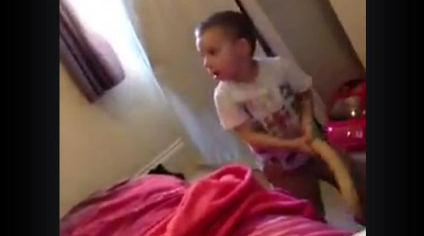 Filho encontra dildo da mãe