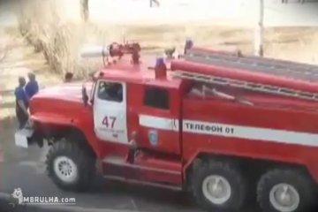 Na Rússia é assim que os bombeiros trabalham