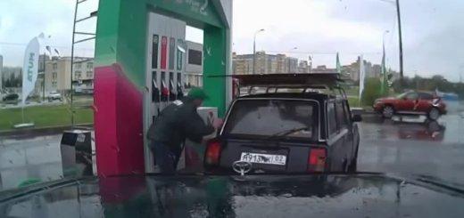 Gasolineiro dá show durante abastecimento