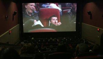 Menino de 5 anos que sofre de leucemia é surpreendido no cinema