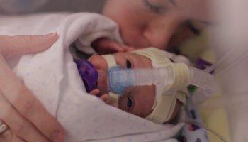 Pai filma o filho prematuro durante um ano, emocionante