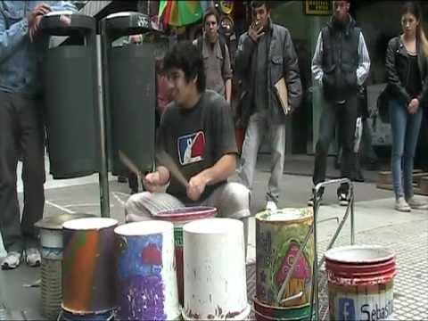 """Artista de Rua """"Arrasa"""" a Fazer Música Electrónica com """"Baldes"""""""