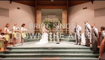 Noiva canta enquanto sobe no altar