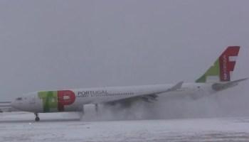 Piloto faz aterragem de emergência incrível durante tempestade de neve