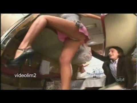 Mulher deixa homens loucos enquanto guarda a bagagem