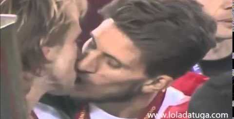 Beijo de Rakitic e Carriço na final
