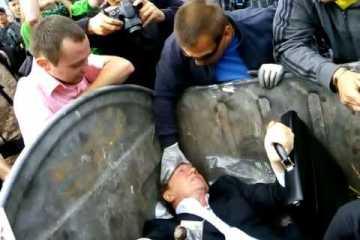 Deputado atirado para o caixote do lixo por multidão em fúria