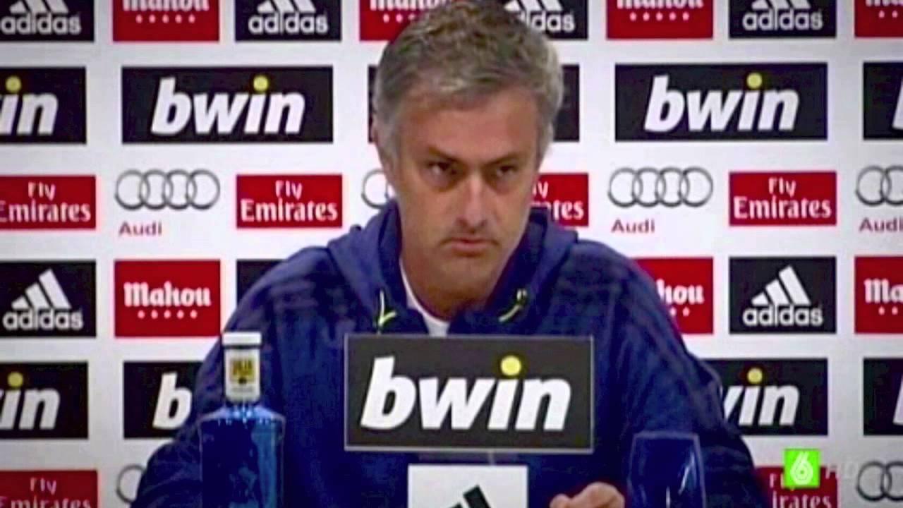 papelito com o currículo de Mourinho