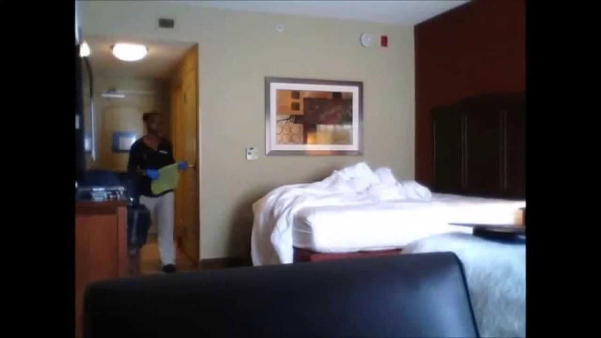 câmara a gravar em quarto de hotel
