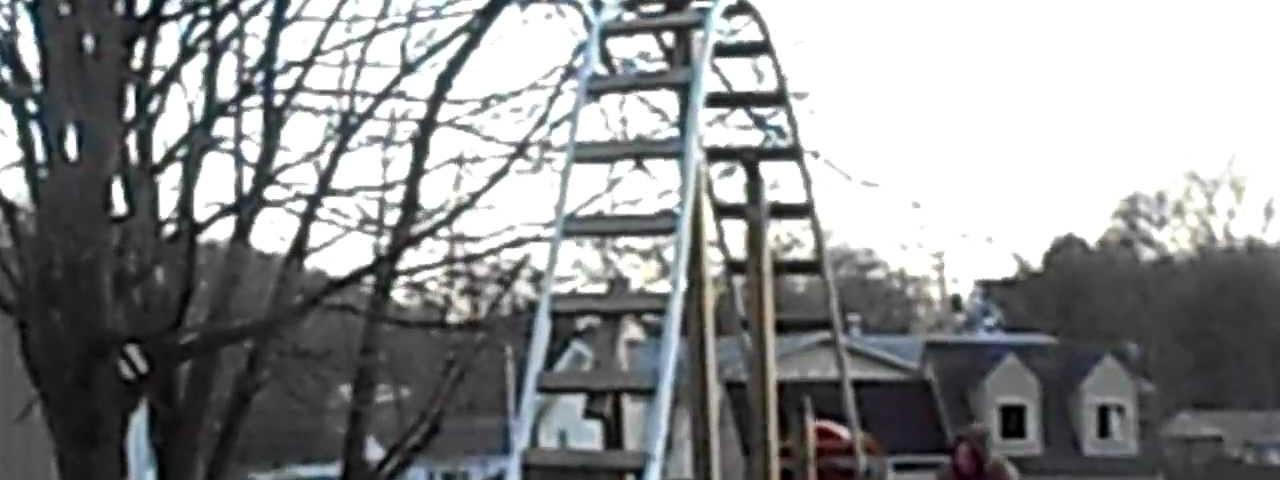 Pai constroi montanha russa ao filho