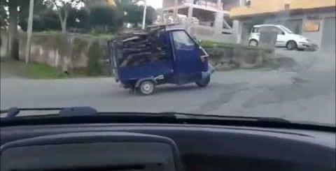 Piaggio carregada tenta uma subida mas