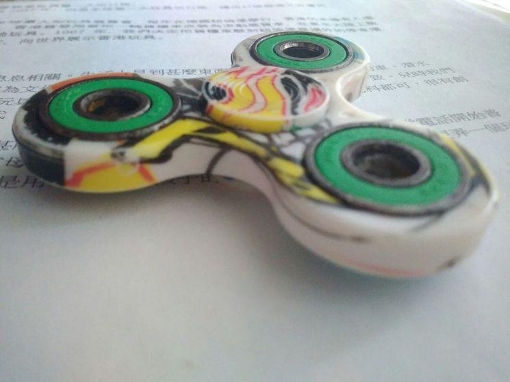 finger spinner, fidget spinner ou hand spinner