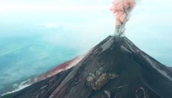 Drone sobrevoa vulcão ativo na Guatemala